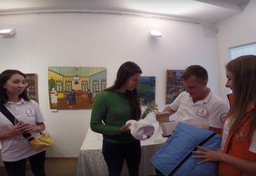 Вручение памятных сувениров представителю проекта