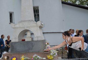 Возлагаем цветы на могиле А.С. Пушкина в Святогорском монастыре